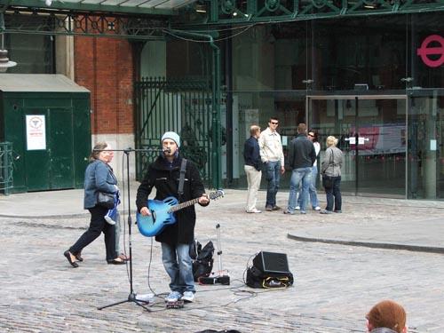 길거리에서 노래를...